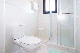 Ванная комната. Кипр, Каппарис : Прекрасная вилла с 4-мя спальнями, 3-мя ванными комнатами, с бассейном, солнечной террасой с патио и барбекю, расположена в центре Каппариса