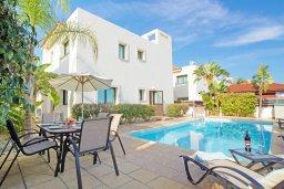 Фасад дома. Кипр, Каппарис : Прекрасная вилла с 4-мя спальнями, 3-мя ванными комнатами, с бассейном, солнечной террасой с патио и барбекю, расположена в центре Каппариса