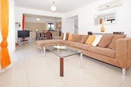 Гостиная. Кипр, Каппарис : Прекрасная вилла с 4-мя спальнями, 3-мя ванными комнатами, с бассейном, солнечной террасой с патио и барбекю, расположена в центре Каппариса
