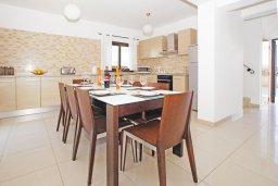 Обеденная зона. Кипр, Каппарис : Прекрасная вилла с 4-мя спальнями, 3-мя ванными комнатами, с бассейном, солнечной террасой с патио и барбекю, расположена в центре Каппариса