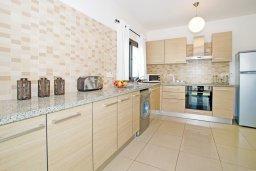 Кухня. Кипр, Каппарис : Прекрасная вилла с 4-мя спальнями, 3-мя ванными комнатами, с бассейном, солнечной террасой с патио и барбекю, расположена в центре Каппариса