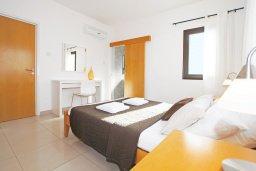 Спальня. Кипр, Каппарис : Прекрасная вилла с 4-мя спальнями, 3-мя ванными комнатами, с бассейном, солнечной террасой с патио и барбекю, расположена в центре Каппариса