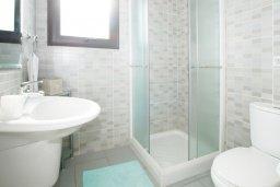 Ванная комната 2. Кипр, Каппарис : Прекрасная вилла с 4-мя спальнями, 3-мя ванными комнатами, с бассейном, солнечной террасой с патио и барбекю, расположена в центре Каппариса
