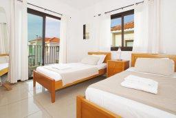 Спальня 2. Кипр, Каппарис : Прекрасная вилла с 4-мя спальнями, 3-мя ванными комнатами, с бассейном, солнечной террасой с патио и барбекю, расположена в центре Каппариса