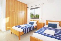 Спальня 3. Кипр, Каппарис : Прекрасная вилла с 4-мя спальнями, 3-мя ванными комнатами, с бассейном, солнечной террасой с патио и барбекю, расположена в центре Каппариса
