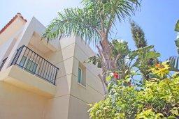 Фасад дома. Кипр, Пернера Тринити : Двухэтажная вилла  с двумя спальнями, с замечательным зелёным садом  и  частным бассейном и солнечной террасой