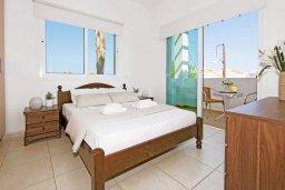 Спальня. Кипр, Пернера Тринити : Удивительная современная вилла с потрясающим видом на Средиземное море, с 3-мя спальнями, бассейном, тенистой террасой с патио и барбекю, расположена недалеко от пляжа Trinity Beach