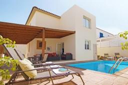 Вид на виллу/дом снаружи. Кипр, Пернера : Современная двухэтажная вилла с плавательным бассейном и  теневой беседкой, расположена недалеко от пляжа Pernera Beach