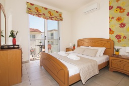 Спальня. Кипр, Пернера : Современная двухэтажная вилла с плавательным бассейном и  теневой беседкой, расположена недалеко от пляжа Pernera Beach