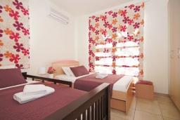 Спальня 2. Кипр, Пернера : Современная двухэтажная вилла с плавательным бассейном и  теневой беседкой, расположена недалеко от пляжа Pernera Beach