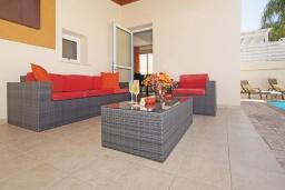 Патио. Кипр, Пернера : Современная двухэтажная вилла с плавательным бассейном и  теневой беседкой, расположена недалеко от пляжа Pernera Beach