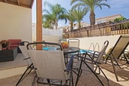 Терраса. Кипр, Пернера : Современная двухэтажная вилла с плавательным бассейном и  теневой беседкой, расположена недалеко от пляжа Pernera Beach