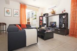 Гостиная. Кипр, Пернера : Современная двухэтажная вилла с плавательным бассейном и  теневой беседкой, расположена недалеко от пляжа Pernera Beach