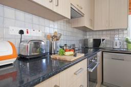 Кухня. Кипр, Пернера : Современная двухэтажная вилла с плавательным бассейном и  теневой беседкой, расположена недалеко от пляжа Pernera Beach