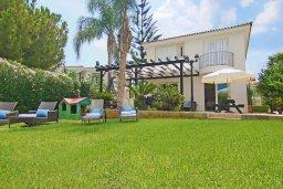 Фасад дома. Кипр, Фиг Три Бэй Протарас : Очаровательная вилла с видом на Средиземное море, с 5-ю спальнями, 5-ю ванными комнатами, с прелестной зелёной лужайкой, тенистой террасой с патио и lounge-зоной, расположена на берегу моря в Протарасе