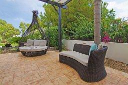 Патио. Кипр, Фиг Три Бэй Протарас : Очаровательная вилла с видом на Средиземное море, с 5-ю спальнями, 5-ю ванными комнатами, с прелестной зелёной лужайкой, тенистой террасой с патио и lounge-зоной, расположена на берегу моря в Протарасе