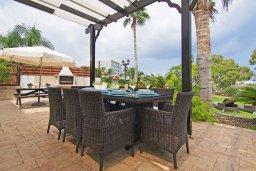 Обеденная зона. Кипр, Фиг Три Бэй Протарас : Очаровательная вилла с видом на Средиземное море, с 5-ю спальнями, 5-ю ванными комнатами, с прелестной зелёной лужайкой, тенистой террасой с патио и lounge-зоной, расположена на берегу моря в Протарасе