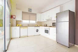Кухня. Кипр, Пернера : Яркая вилла с 3-мя спальнями, 2-мя ванными комнатами, бассейном, солнечной террасой с патио и барбекю, расположена в центре Пернеры