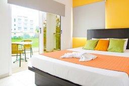 Спальня 3. Кипр, Пернера : Яркая вилла с 3-мя спальнями, 2-мя ванными комнатами, бассейном, солнечной террасой с патио и барбекю, расположена в центре Пернеры