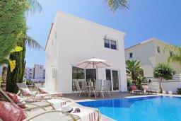 Фасад дома. Кипр, Пернера : Яркая вилла с 3-мя спальнями, 2-мя ванными комнатами, бассейном, солнечной террасой с патио и барбекю, расположена в центре Пернеры