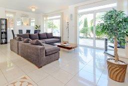 Гостиная. Кипр, Фиг Три Бэй Протарас : Замечательная вилла с видом на Средиземное море, с 3-мя спальнями, 2-мя ванными комнатами, балконом, солнечной террасой с патио и барбекю