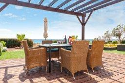 Кипр, Сиренс Бич - Айя Текла : Великолепная вилла с фантастическим панорамным видом на Средиземное море, с 4-мя спальнями, с бассейном, тенистой террасой с патио и барбекю, расположена на побережье в тихом районе Ayia Thekla