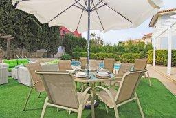 Зона отдыха у бассейна. Кипр, Фиг Три Бэй Протарас : Восхитительная двухэтажная вилла на побережье с 3-мя спальнями, красивым садом с патио, бассейном и барбекю