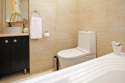 Ванная комната 2. Кипр, Фиг Три Бэй Протарас : Восхитительная двухэтажная вилла на побережье с 3-мя спальнями, красивым садом с патио, бассейном и барбекю