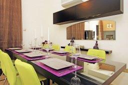 Обеденная зона. Кипр, Фиг Три Бэй Протарас : Восхитительная двухэтажная вилла на побережье с 3-мя спальнями, красивым садом с патио, бассейном и барбекю
