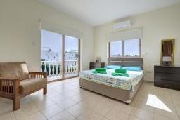 Спальня. Кипр, Центр Айя Напы : Стильная двухэтажная вилла с 5-ю спальнями, с большим бассейном, 3-мя балконами, солнечной террасой с патио и барбекю