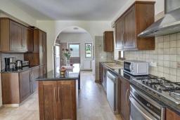 Кухня. Кипр, Центр Айя Напы : Стильная двухэтажная вилла с 5-ю спальнями, с большим бассейном, 3-мя балконами, солнечной террасой с патио и барбекю