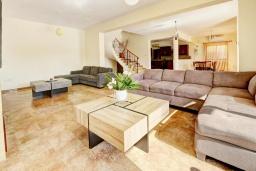 Гостиная. Кипр, Центр Айя Напы : Стильная двухэтажная вилла с 5-ю спальнями, с большим бассейном, 3-мя балконами, солнечной террасой с патио и барбекю