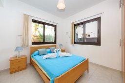 Спальня. Кипр, Каппарис : Благоустроенная двухэтажная вилла с 4-мя спальнями, с бассейном и уютной гостиной с камином
