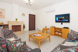 Гостиная. Кипр, Каппарис : Благоустроенная двухэтажная вилла с 4-мя спальнями, с бассейном и уютной гостиной с камином