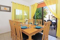 Обеденная зона. Кипр, Каппарис : Благоустроенная двухэтажная вилла с 4-мя спальнями, с бассейном и уютной гостиной с камином