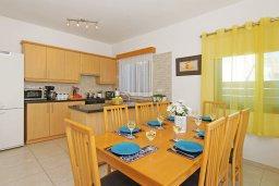 Кухня. Кипр, Каппарис : Благоустроенная двухэтажная вилла с 4-мя спальнями, с бассейном и уютной гостиной с камином