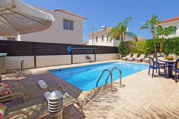 Бассейн. Кипр, Каппарис : Благоустроенная двухэтажная вилла с 4-мя спальнями, с бассейном и уютной гостиной с камином