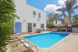Фасад дома. Кипр, Каппарис : Благоустроенная двухэтажная вилла с 4-мя спальнями, с бассейном и уютной гостиной с камином
