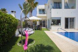 Зона отдыха у бассейна. Кипр, Ионион - Айя Текла : Потрясающая вилла с видом на море, с 5-ю спальнями, с бассейном, с зелёным садом, тенистой террасой с патио, барбекю и садом на крыше