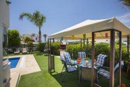 Обеденная зона. Кипр, Ионион - Айя Текла : Потрясающая вилла с видом на море, с 5-ю спальнями, с бассейном, с зелёным садом, тенистой террасой с патио, барбекю и садом на крыше