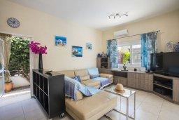 Гостиная. Кипр, Ионион - Айя Текла : Потрясающая вилла с видом на море, с 5-ю спальнями, с бассейном, с зелёным садом, тенистой террасой с патио, барбекю и садом на крыше