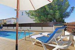 Зона отдыха у бассейна. Кипр, Пернера Тринити : Комфортабельная двухэтажная вилла с 3-мя спальнями с большим бассейном, двумя балконами и барбекю