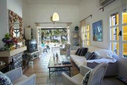 Гостиная. Кипр, Санрайз Протарас : Живописный коттедж с 3-мя спальнями, окруженный экзотическими пальмами с великолепным видом на море и плавательным бассейном