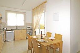 Кухня. Кипр, Пернера : Двухэтажная вилла с 2-мя спальнями, с большим патио, бассейном и красивым садом