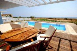 Терраса. Кипр, Фиг Три Бэй Протарас : Современная и элегантная вилла с потрясающим видом на Средиземное море, с 3-мя спальнями, 3-мя ванными комнатами, с бассейном, с тенистой террасой с патио и барбекю, расположена на побережье Протараса около пляжа Fig Tree Bay