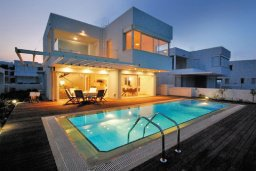 Фасад дома. Кипр, Фиг Три Бэй Протарас : Современная и элегантная вилла с потрясающим видом на Средиземное море, с 3-мя спальнями, 3-мя ванными комнатами, с бассейном, с тенистой террасой с патио и барбекю, расположена на побережье Протараса около пляжа Fig Tree Bay