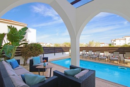 Патио. Кипр, Пернера : Современная вилла с 3-мя спальнями, с бассейном, тенистой террасой с патио и барбекю, расположена в 800 метрах от пляжа Kalamies Beach