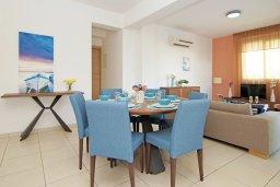 Обеденная зона. Кипр, Пернера : Современная вилла с 3-мя спальнями, с бассейном, тенистой террасой с патио и барбекю, расположена в 800 метрах от пляжа Kalamies Beach