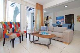 Гостиная. Кипр, Пернера : Современная вилла с 3-мя спальнями, с бассейном, тенистой террасой с патио и барбекю, расположена в 800 метрах от пляжа Kalamies Beach