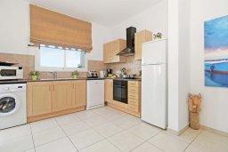 Кухня. Кипр, Пернера : Современная вилла с 3-мя спальнями, с бассейном, тенистой террасой с патио и барбекю, расположена в 800 метрах от пляжа Kalamies Beach